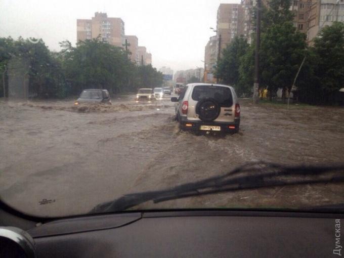 Через сильний дощ Одеса пішла під воду: з'явилися вражаючі фото і відео (1)