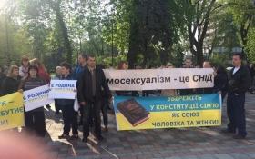 Под Раду вышли ЛГБТ-активисты и противники геев: опубликованы фото