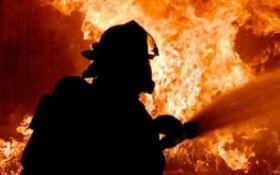 В Киеве вспыхнул пожар на складах - жуткие фото и видео