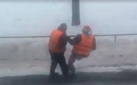 Пьяные киевские коммунальщики стали хитом сети: появилось видео