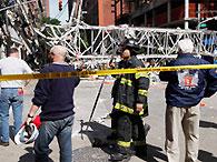 Эвакуированные после падения крана в Нью-Йорке люди возвращаются домой