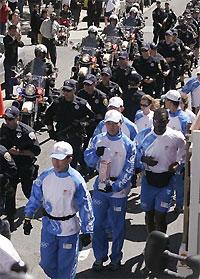 """Олимпийский факел охраняют 30 """"роботов"""" из китайской военной полиции"""