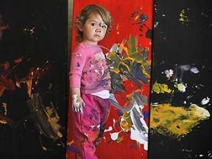 Абстрактные картины двухлетнего ребенка выставлены в галерее