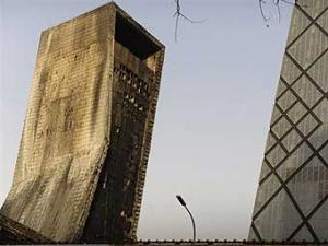По делу о сгоревшем небоскребе в Пекине задержаны организаторы салюта ( видео)