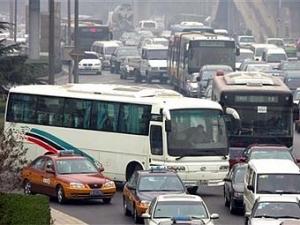 Китайский подросток сбил десятки машин автобусом