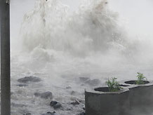 На Подоле прорвало трубу: бьет фонтан с горячей водой (9 фото)