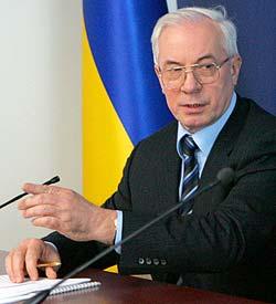 Азаров считает, что Кабмин приложил руку к изменению курса гривны