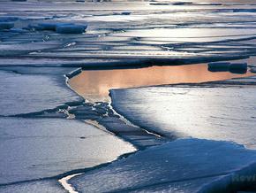 30 рыбаков в Азовском море более трех часов дрейфовали на льдине