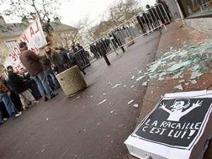 Французские учителя забросали полицейских ботинками