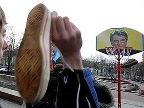 Российский депутат бросил ботинок в портрет Ющенко