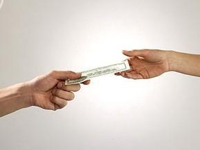 Зарплату бюджетникам будут платить из благотворительных взносов
