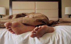 Названа самая вредная поза для сна
