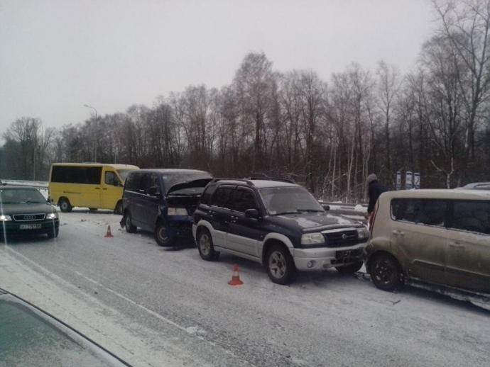 У масштабній аварії на Житомирщині зіткнулися 14 авто: опубліковані фото (1)