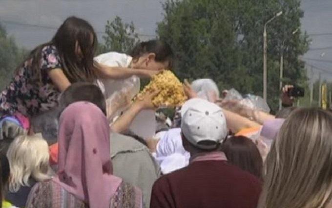 У Росії роздача безкоштовної їжі перетворилася на бійку: опубліковано відео