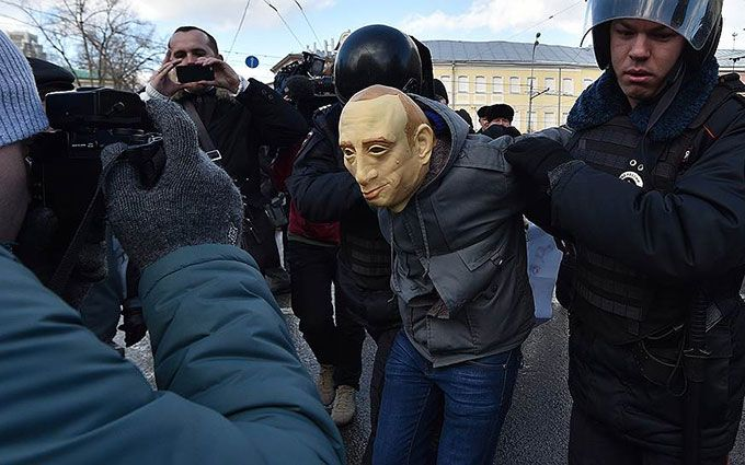 """Маска Путіна в Україні: соцмережі сміються з російського """"письменника"""", який втік в Україну"""