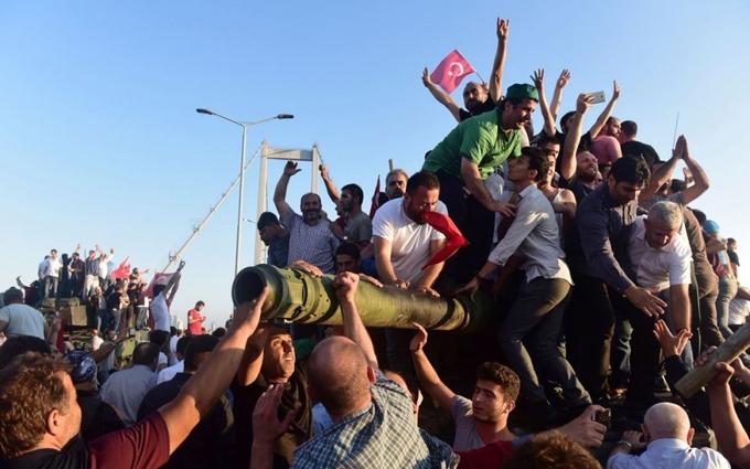 Як постановник Ердоган не дуже: в мережі бурхливо обговорюють події в Туреччині