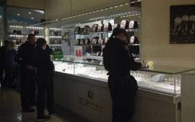 В Киеве двое бандитов с оружием и в шлемах ограбили ювелирный магазин: появились фото и видео