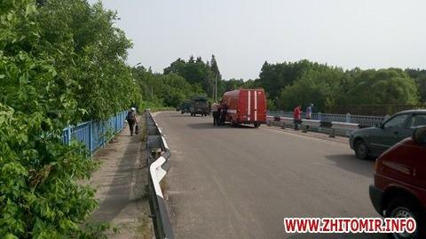 В сусідній із Києвом області снаряд прилетів у міст: опубліковані фото і відео (1)