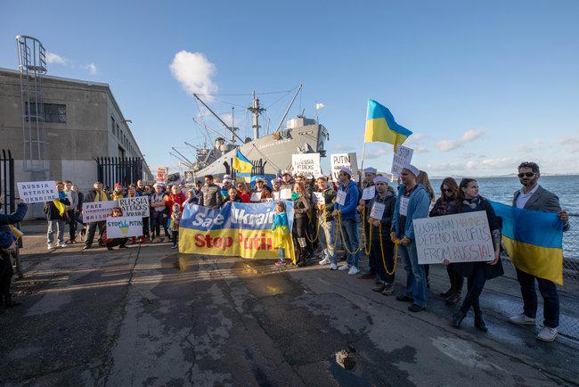 Путин, руки прочь от Украины: в Сан-Франциско провели мощную акцию за освобождение украинских моряков (2)