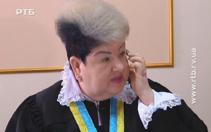 Насмешившая сеть женщина-судья ответила критикам: появилось видео