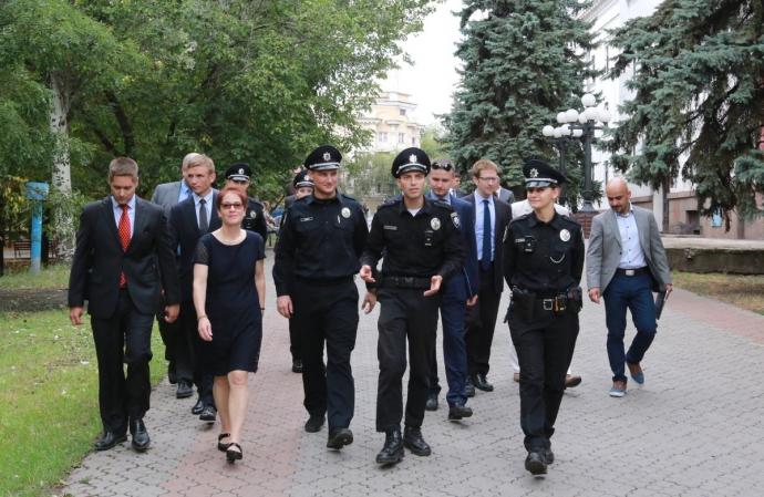 Новий посол США допомогла поліції патрулювати Маріуполь: з'явилися фото (1)