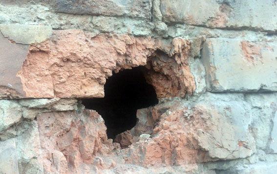 У Мар'їнці снаряд бойовиків влетів у будинок, мешканців врятував випадок: з'явилися фото (1)