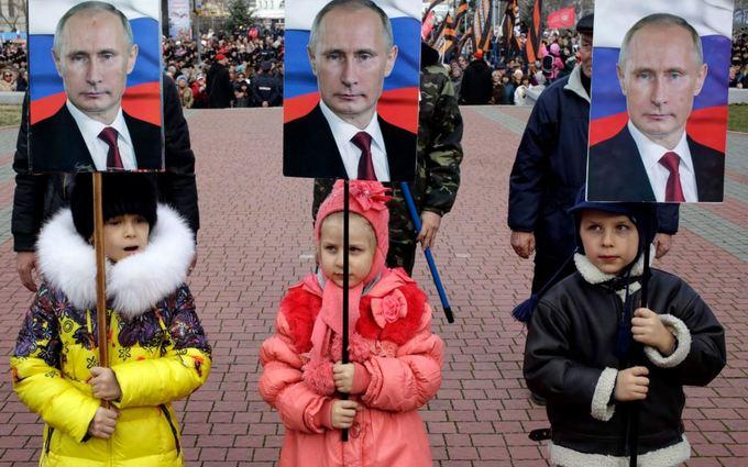 В оккупированном Крыму дети ходят с портретами Путина: опубликовано фото