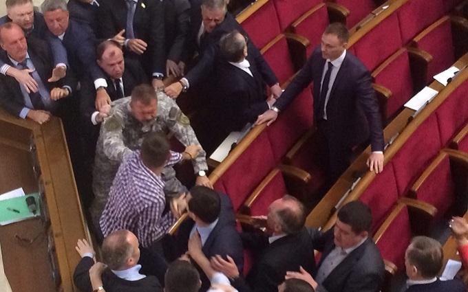 У Раді скандальний депутат побився з екс-регіоналами: з'явилися відео та фото