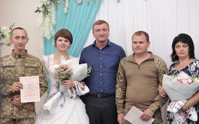 У прифронтовому Сєвєродонецьку людей вже одружують за новими правилами: з'явилися фото