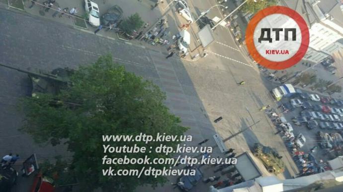 У Києві через військову техніку утворився великий затор: опубліковані фото (1)