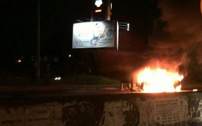 У Києві спалахнула фура: з'явилися фото і відео пожежі