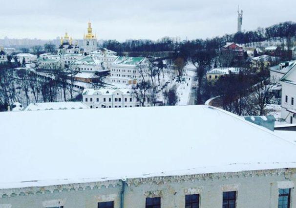 Киев накрыл неожиданный снегопад: в сети публикуют зрелищные фото и видео