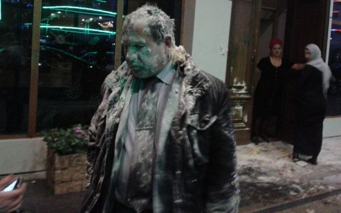 В Чечне избили и забросали яйцами главу правозащитников: опубликовано фото