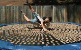 Британець стрибнув на батут з тисячею заряджених мишоловок: з'явилося відео