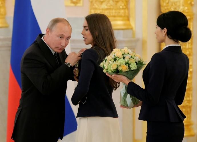Путін шокував поглядом, торкаючись до грудей чемпіонки: опубліковано фото (1)
