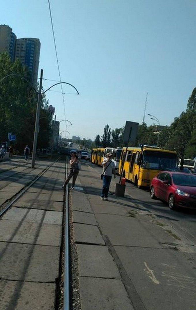 Киевляне в знак протеста перекрыли Харьковское шоссе: появились фото и видео (1)