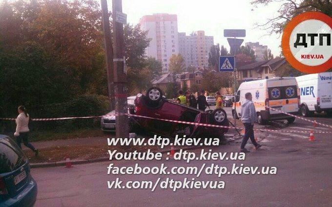 У Києві перекинувся легковик, є постраждалі: опубліковані фото