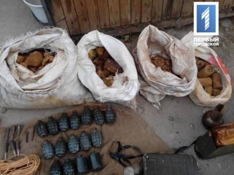 Правоохоронці вилучили цілий арсенал зброї та боєприпасів в Кривому Розі (1)