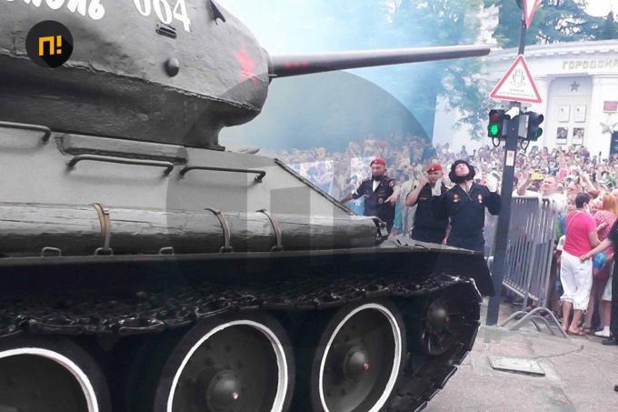 Оккупанты в Крыму чуть не наехали танком на зрителей парада - шокирующие детали (1)