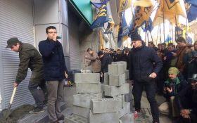 У центрі Києва активісти замурували вхід до російського банку: з'явилися фото і відео
