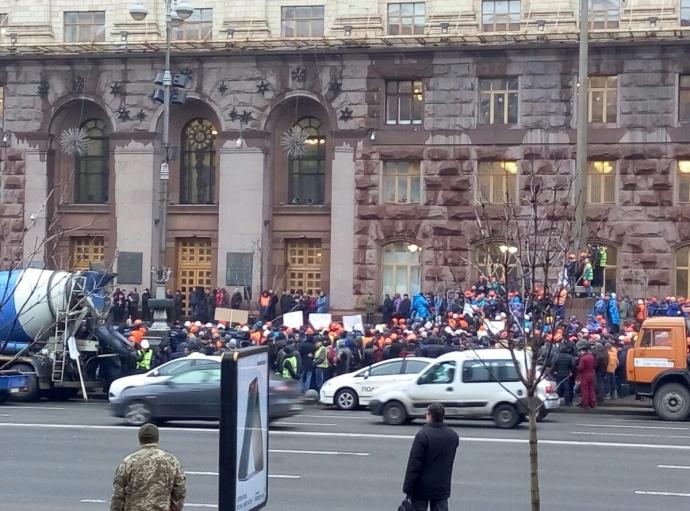 Движение в центре Киева перекрыли десятки бетономешалок: опубликованы фото и видео (1)