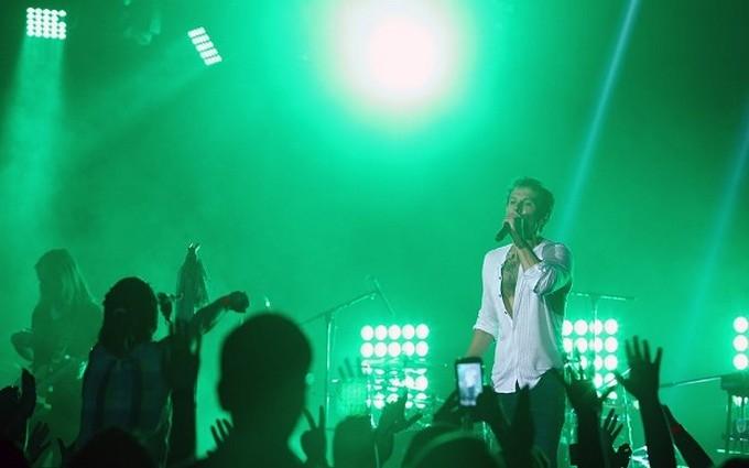Вакарчук на концерті в Єревані виблискував голим торсом: опубліковані фото і відео