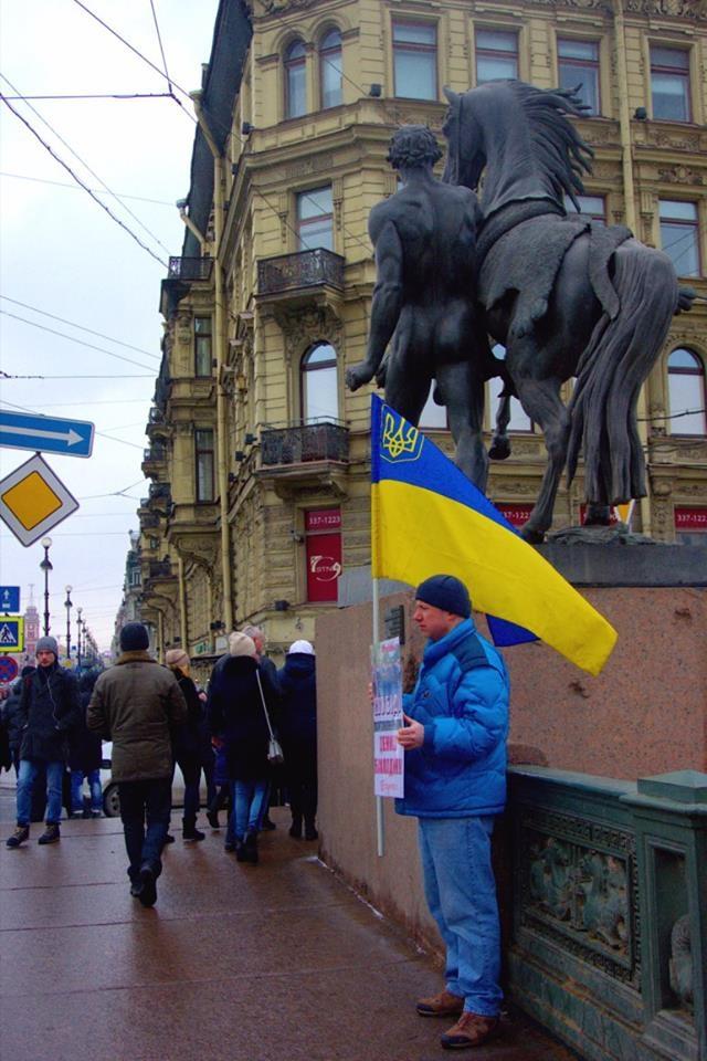 У Санкт-Петербурзі побили активіста з українським прапором: з'явилися фото і відео (1)