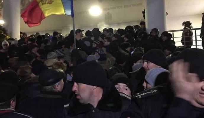 Протестующие в Кишиневе ворвались в здание парламента