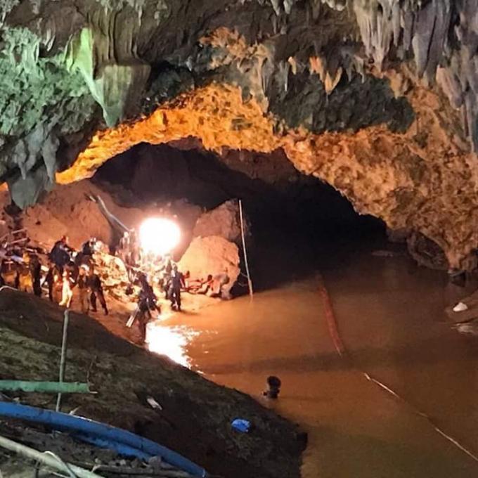 В Таиланде спасли первых детей, заблокированных в пещере: опубликованы фото (2)