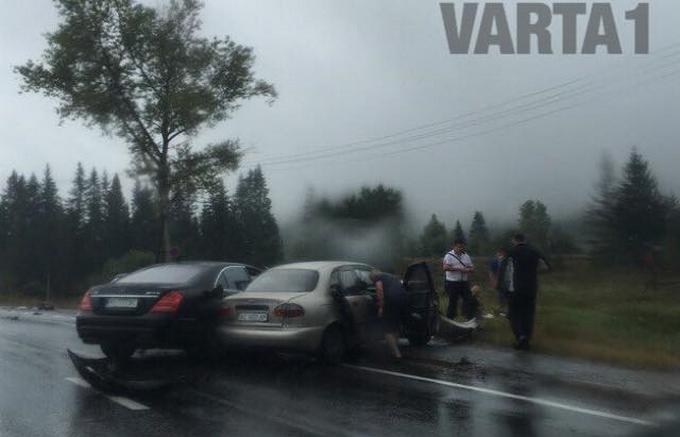 Депутат на Mercedes потрапив в аварію на Львівщині: з'явилися фото (1)