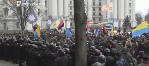 В центре Киева атаковали офис Ахметова: опубликованы фото и видео (1)