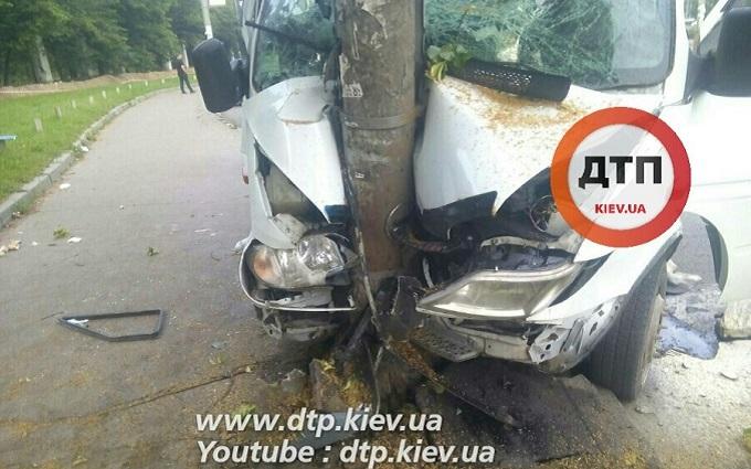 Водій маршрутки в Києві заснув і влетів у стовп: з'явилися фото жахливої ДТП