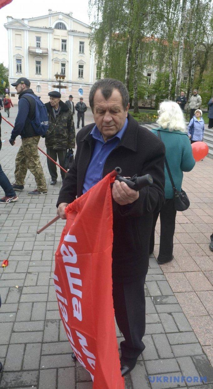 На первомайском митинге в Виннице националисты устроили потасовку: появились фото (3)