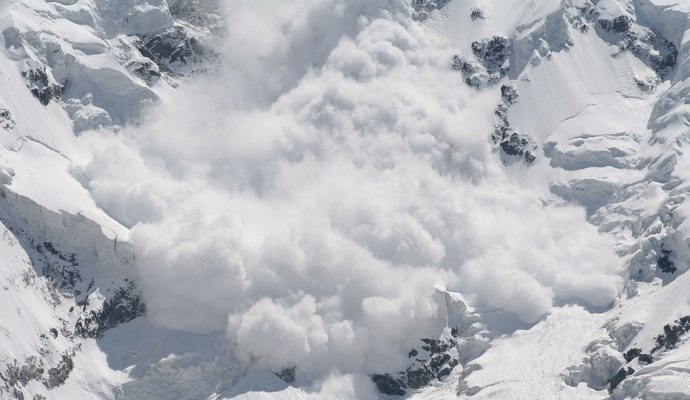 Снегоходы спровоцировали схождение снежной лавины в горах Канады